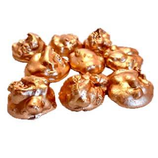 Metallic bronzen bonbon van witte chocolade en appeltaart