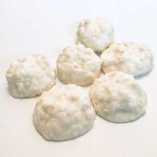 Witte bonbon van crispy kokos, witte chocolade en yoghurt